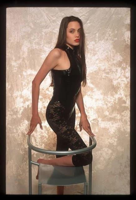 Анджелина Джолидің 16 жасында түсірілген сирек фотолары жария болды (фото)