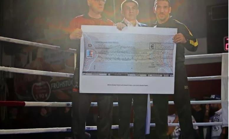 Головкин өзін жеңген боксшының отбасына 25 мың еуро сыйлады (фото)