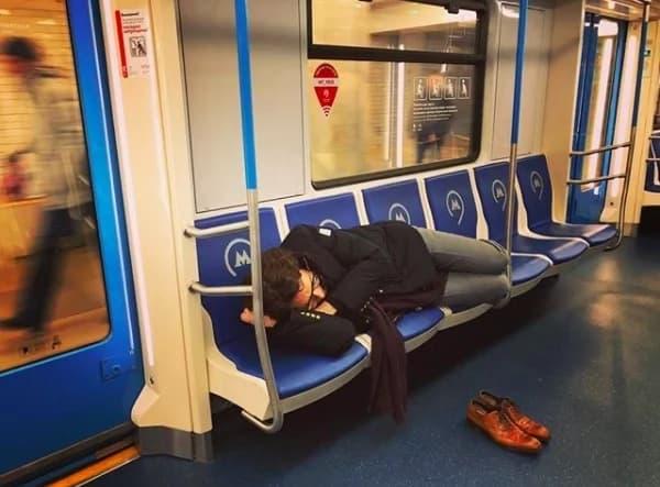 Фотография спящего Малахова в метро попала в Сеть казакша Фотография спящего Малахова в метро попала в Сеть на казахском языке